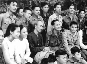 Bác Hồ với nhân dân ở chiến khu Việt Bắc