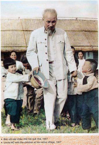 Bác với các cháu nhỏ nơi quê nhà, 1957