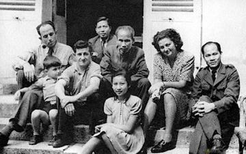 Bác Hồ chụp ảnh kỷ niệm với ông Raymond Aubrac (người đầu tiên bên trái) tại nhà ông Aubrac ở Pháp năm 1946.
